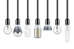 reihe verschiedener Leuchtmittel an Kabeln
